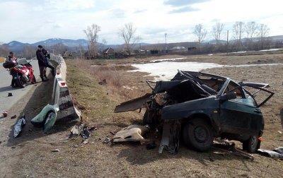 ВАЗ влетел в ограждение в Хакасии: двое пострадали • Портал Дороги России •