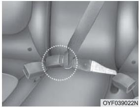 При использовании ремня безопасности пассажиру, находящемуся на заднем центральном