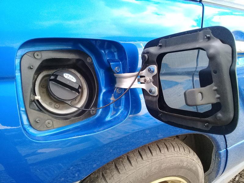 Замерз автомобильный лючок бензобака